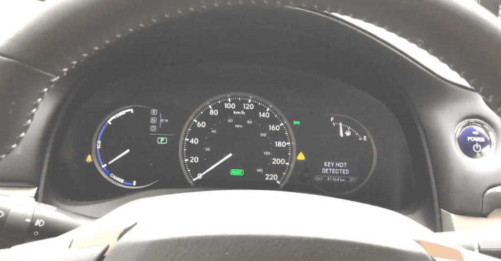 Гибридный Lexus CT 200h приборная панель