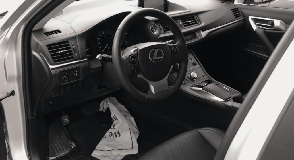 Гибридный Lexus CT 200h салон