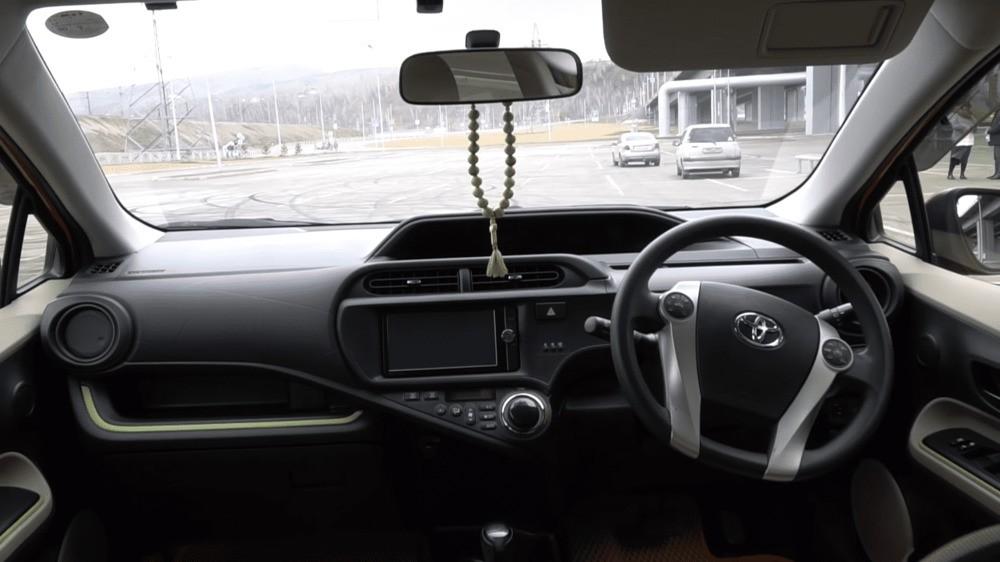 Тойота Аква гибрид консоль