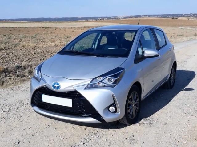 Вид спереди на Тойота Toyota Yaris Hybrid