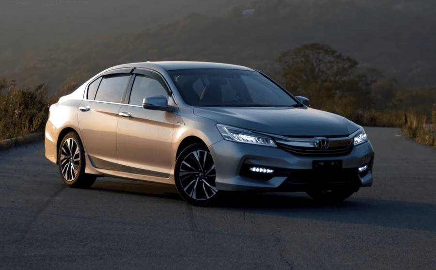 Вид спереди на Honda Accord Hybrid