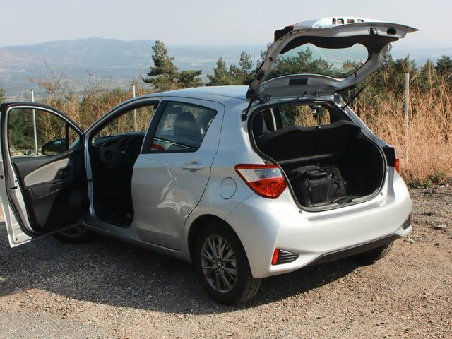 Вид сзади с открытым багажником