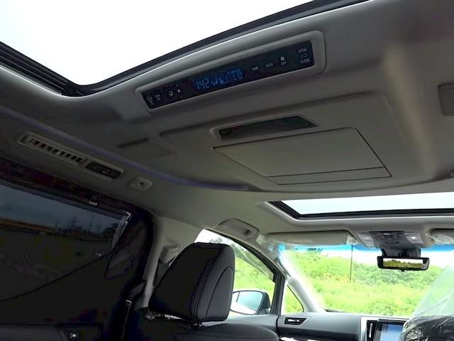 Панель управления климат-контролем для задних пассажиров, монитор закрыт