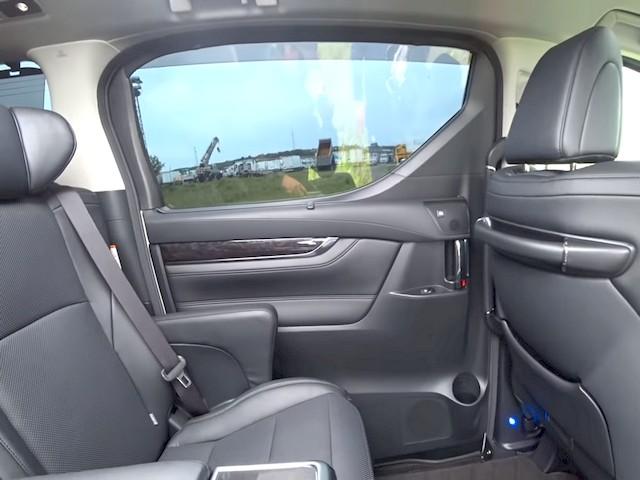 Вид изнутри на заднюю выдвижную дверь, отделка дверной карты - кожа