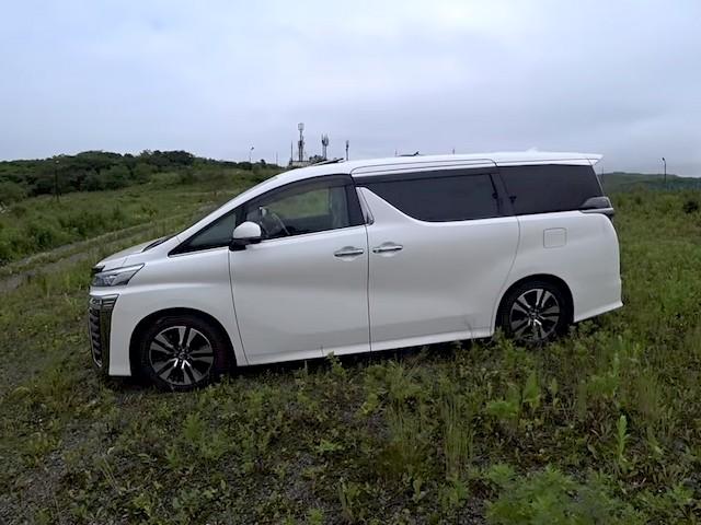 Вид сбоку на Toyota Vellfire гибрид