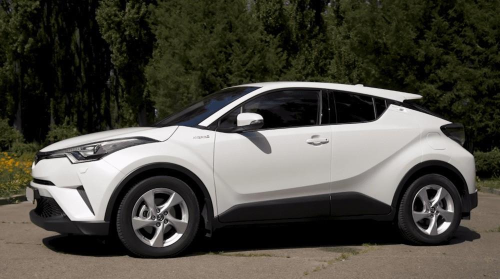 Вид сбоку слева Toyota C-HR гибрид