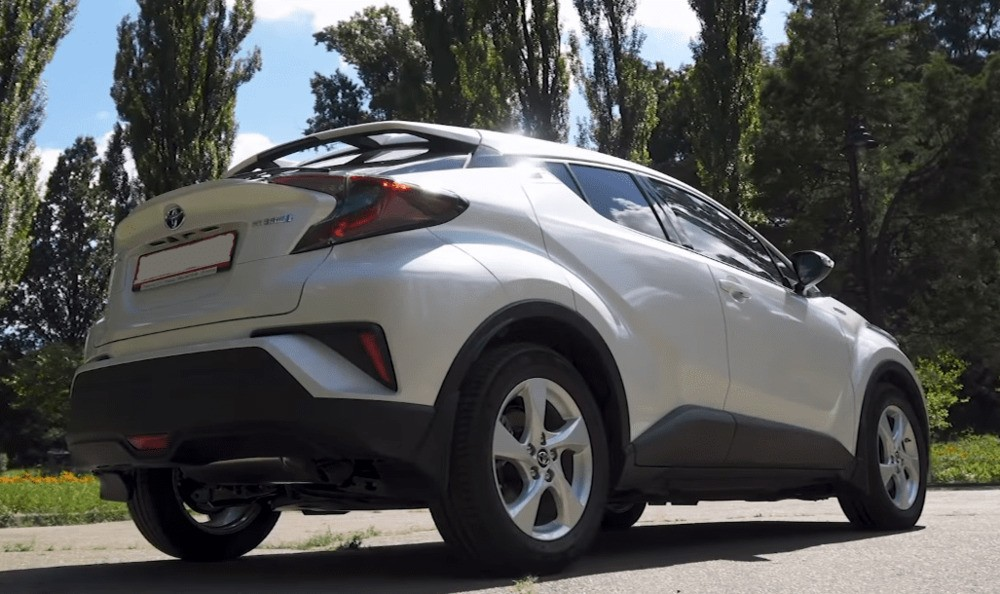 Вид сбоку справа Toyota C-HR гибрид