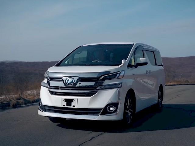 Вид спереди на Toyota Vellfire гибрид