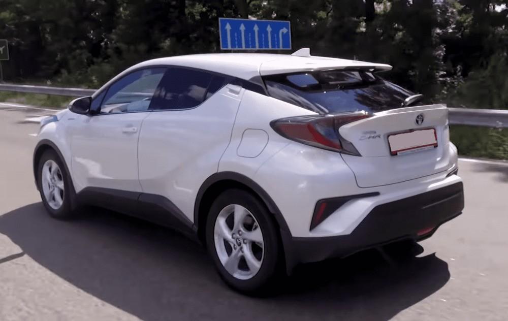 Вид сзади слева Toyota C-HR гибрид