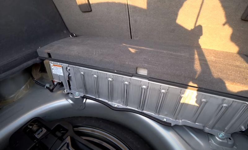 Батарея устанавливается в багажном отделении в нише