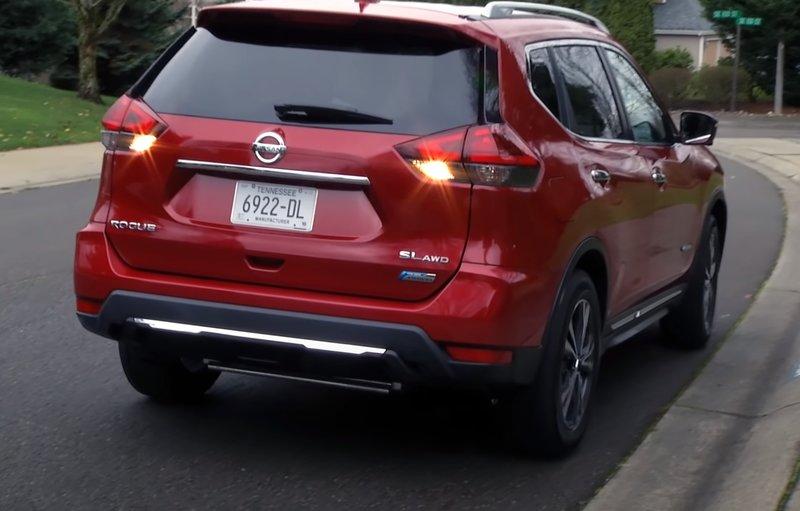 Nissan Rogue гибрид вид сзади