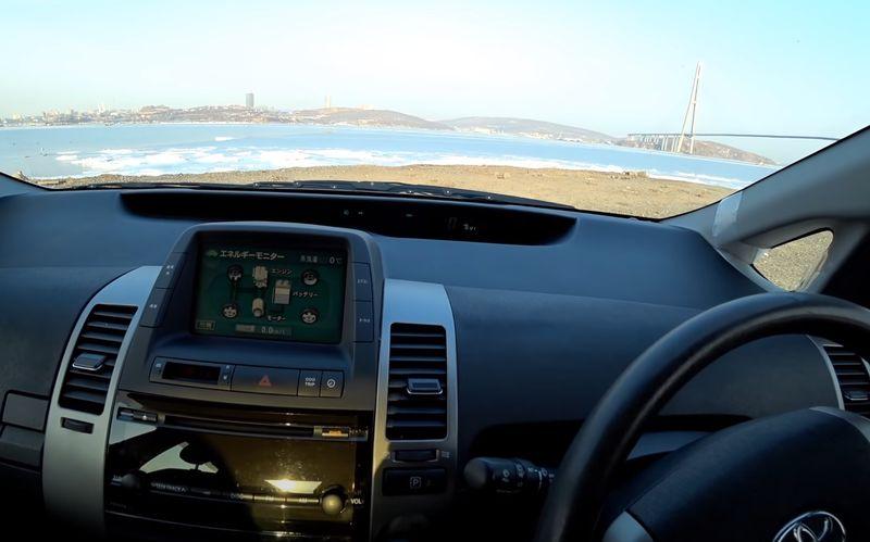 Передняя консоль, на дисплее отображено как работает гибридная установка