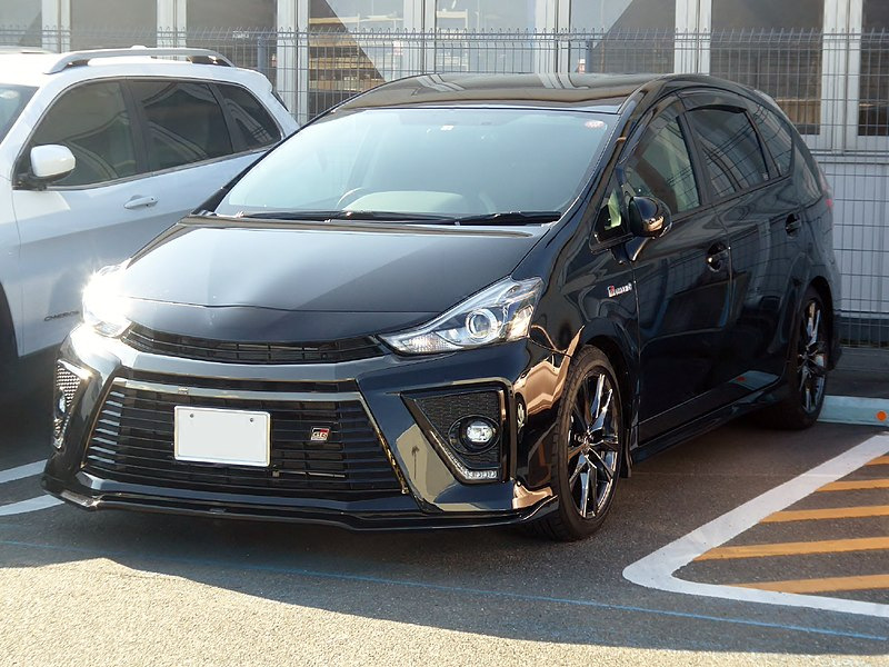 Toyota Prius Alpha вид спереди