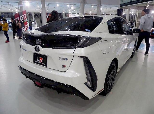 Toyota Prius PHV вид сзади