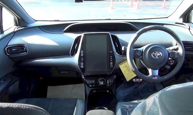 Toyota Prius PHV передняя консоль