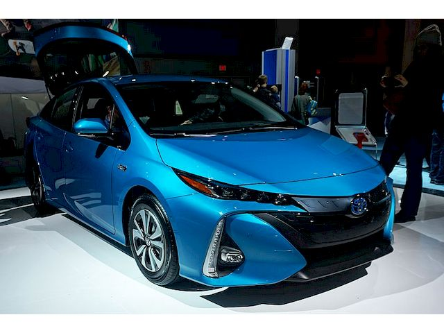 Toyota Prius Prime вид спереди