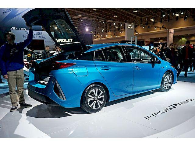 Toyota Prius Prime вид сбоку