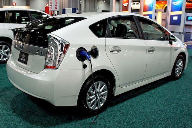 У Toyota Prius PHV есть возможность подзарядки от сети