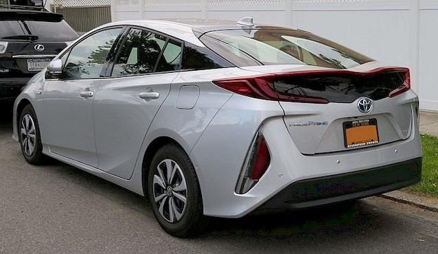 Вид сзади на Toyota Prius Prime