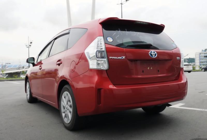 Toyota Prius Alpha вид сзади