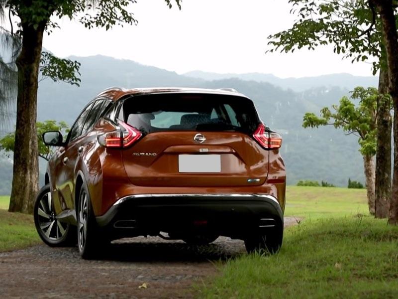 Nissan Murano гибрид вид сзади