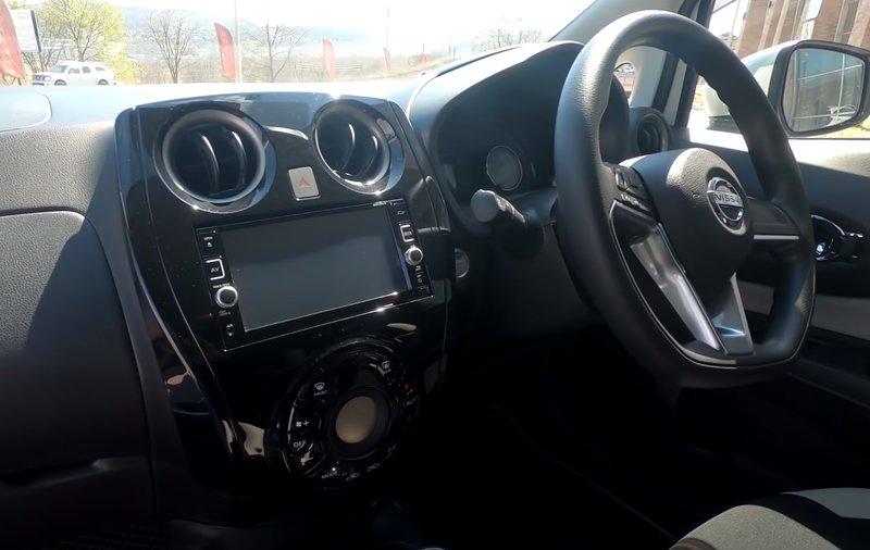 Nissan Note гибрид салон вид на мультимедиа