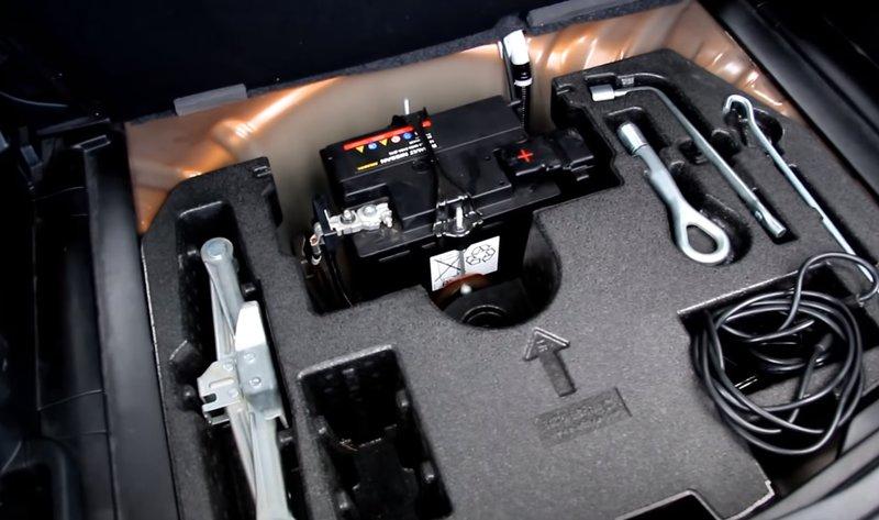 В нише багажника располагается домкрат, насос и комплект для ремонта шин