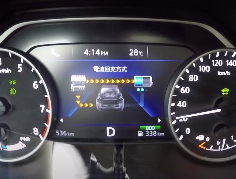 На дисплее приборной панели выводится информация о гибридной установке, в данный момент идет заряд батареи и авто едет на бензиновом двигателе