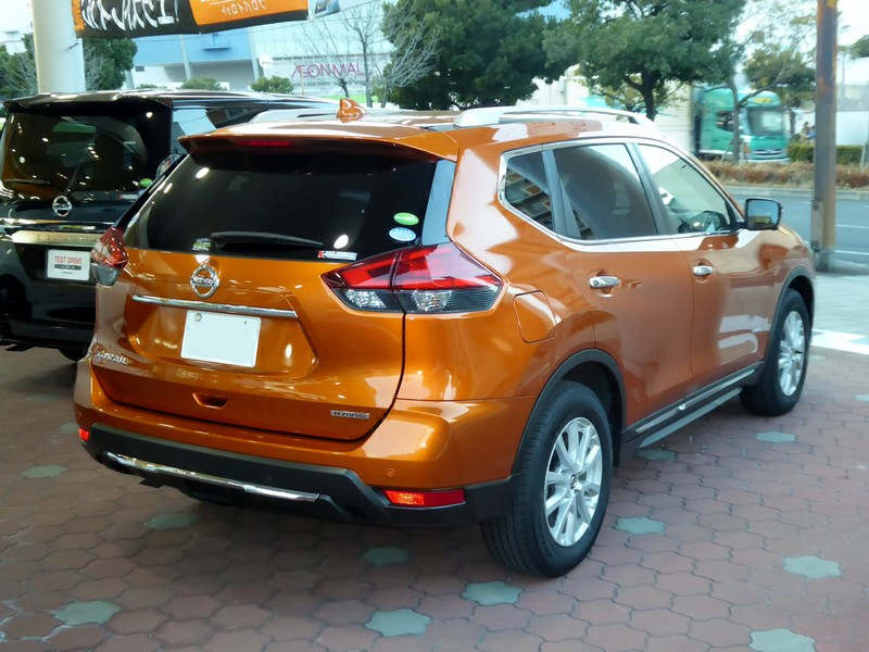Nissan X-Trail гибрид вид сзади