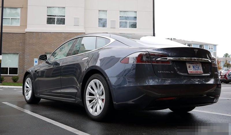 Tesla Model S P100D вид сзади