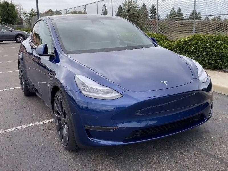 Tesla Model Y вид спереди