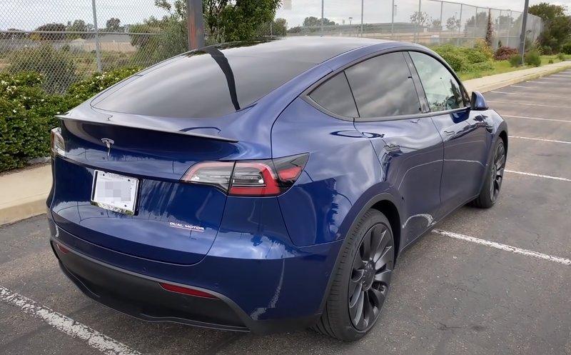 Tesla Model Y вид сзади