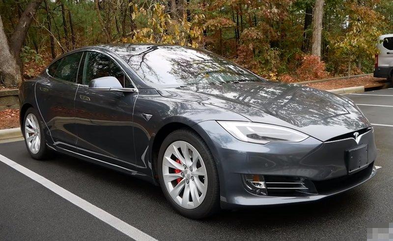 Tesla Model S P100D вид сбоку
