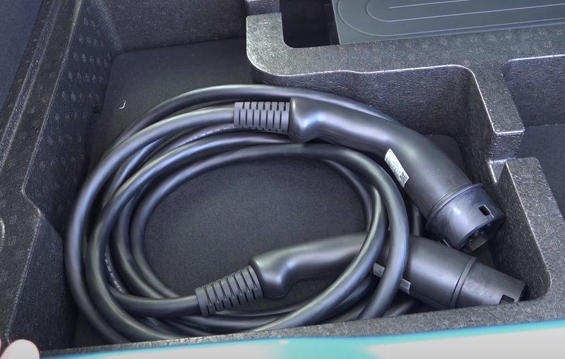 Кабель для зарядки находится в нише багажника