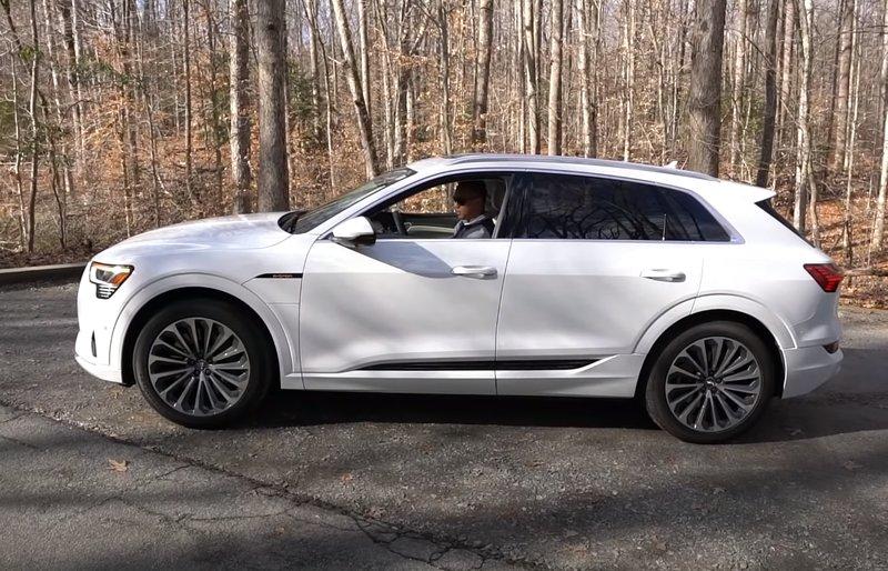 Вид сбоку Audi E-tron 2020