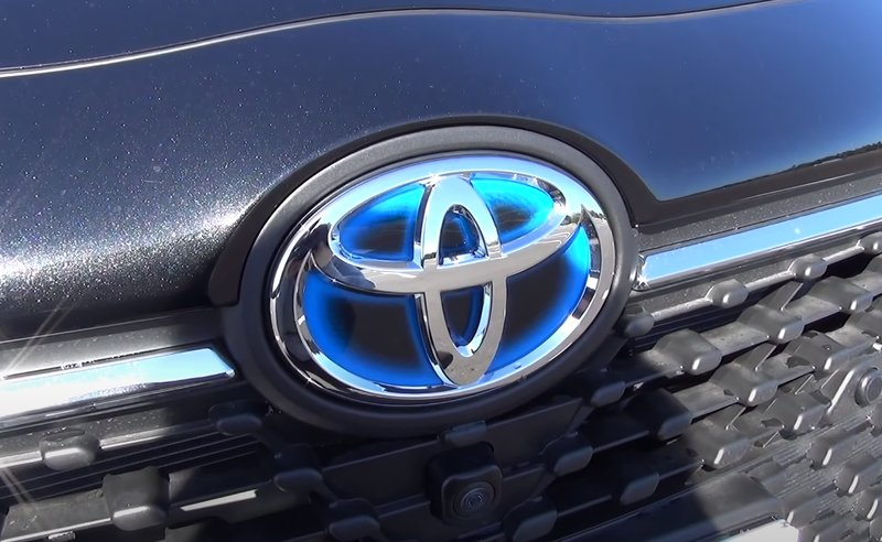 Голубой фон эмблемы означает гибридный автомобиль