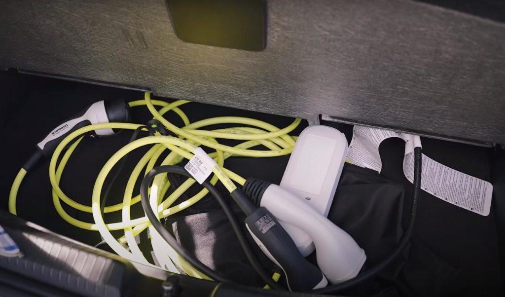 Кабель зарядки находится в нише багажника